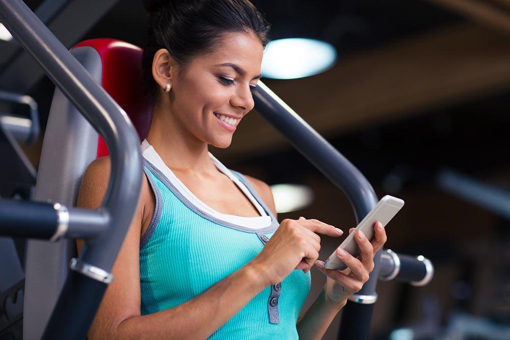 Using-phone-at-the-gymn